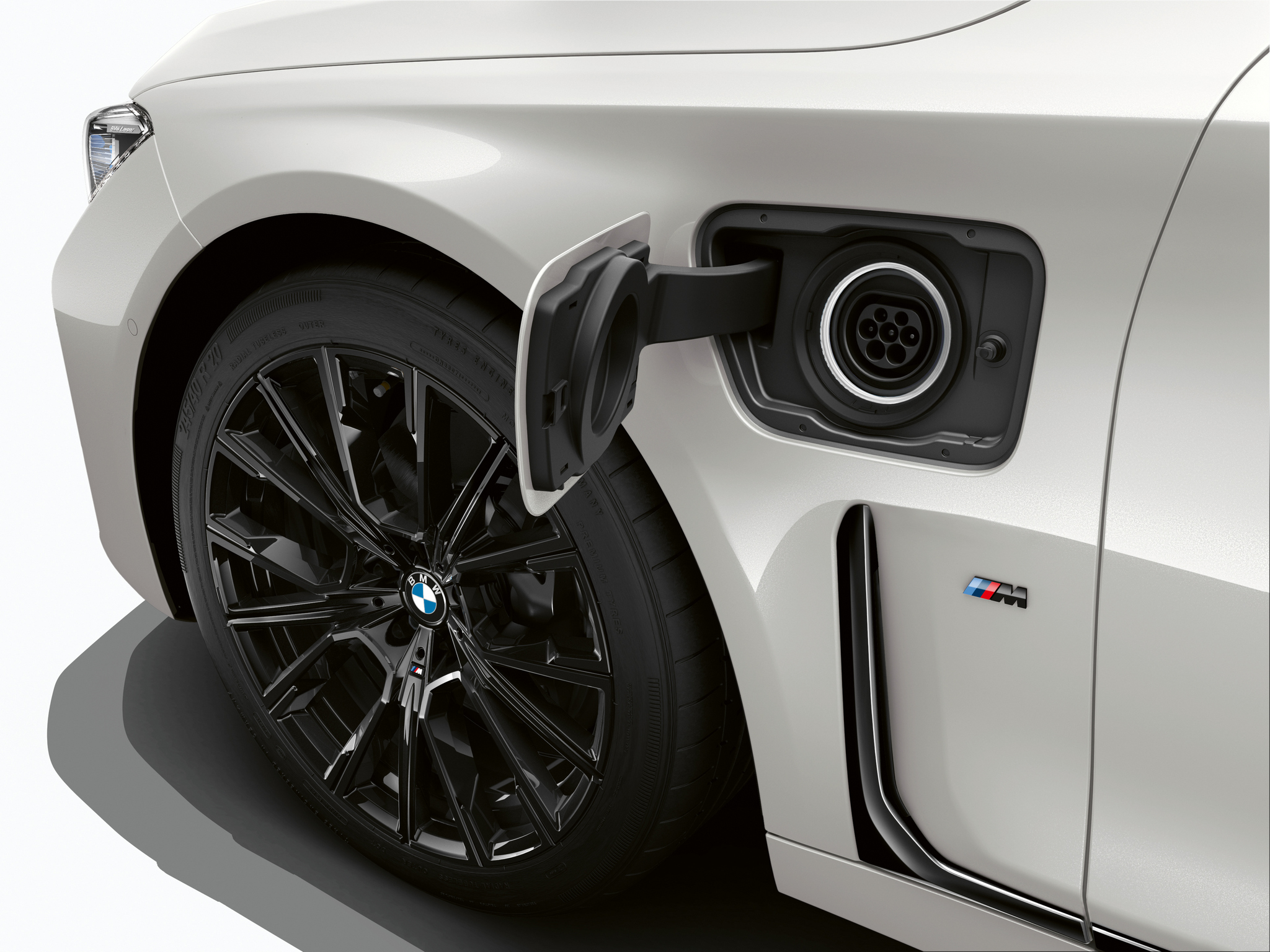 P90335802_highRes_the-new-bmw-745e-02-