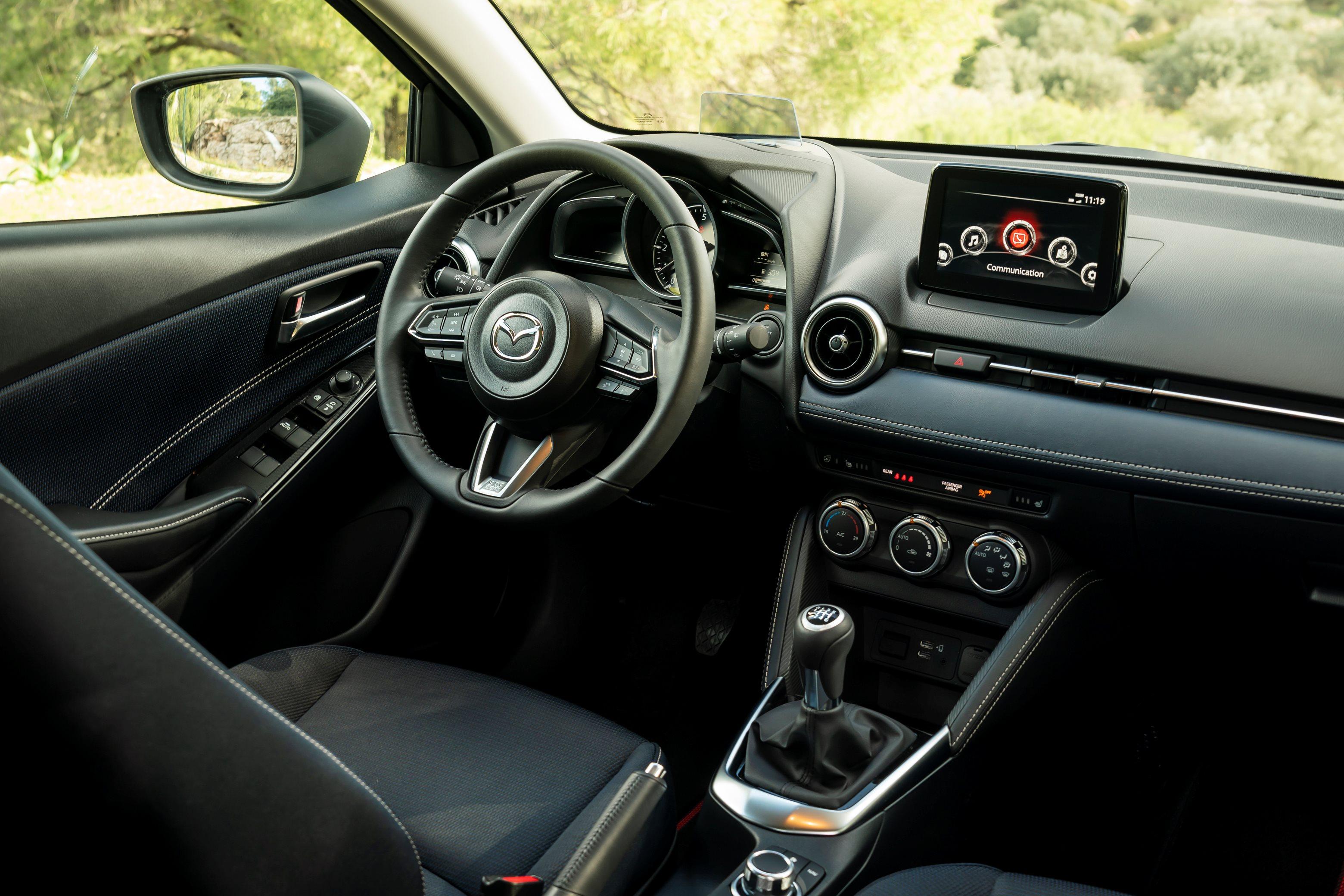 2020-Mazda2_int
