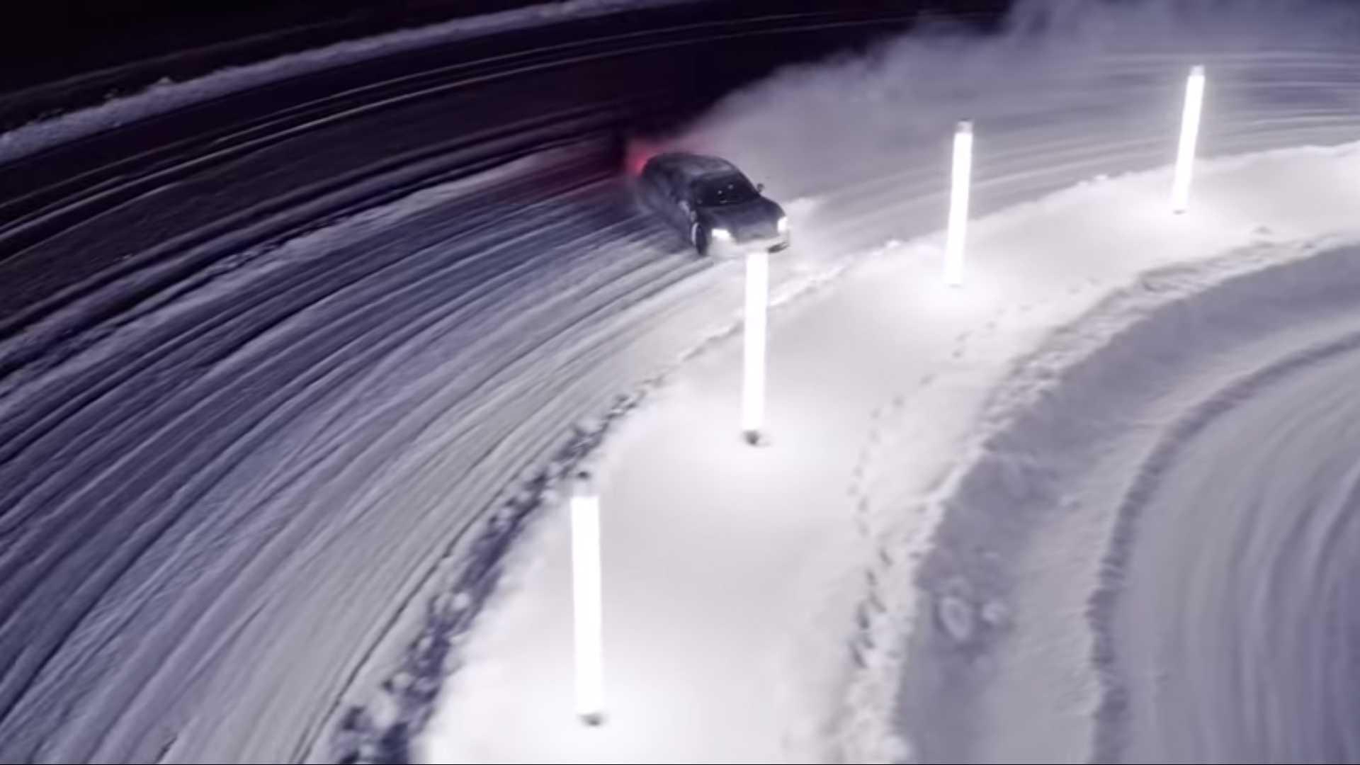 porsche-taycan-in-snow