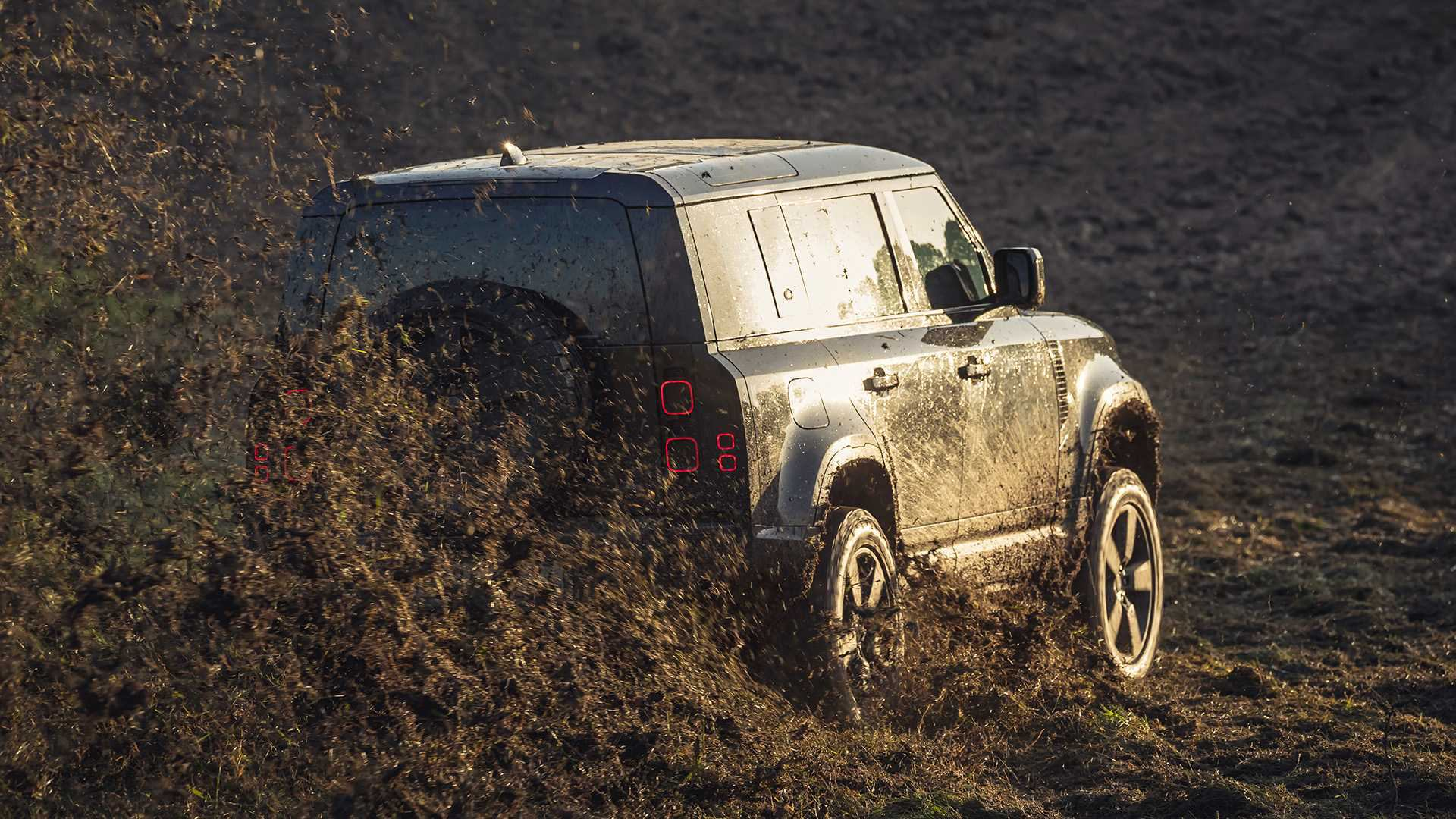 land-rover-defender-2020-in-james-bond-stuntszenen