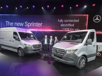 Weltpremiere Mercedes-Benz Sprinter, Duisburg 2018 - im Bild (v.l.n.r.): Dr. Dieter Zetsche, Vorstandsvorsitzender der Daimler AG und Leiter Mercedes-Benz Cars; Volker Mornhinweg, Leiter Mercedes-Benz Vans; Wilfried Porth, Vorstandsmitglied der Daimler AG, Personal und Arbeitsdirektor, Mercedes-Benz Vans   World premiere Mercedes-Benz Sprinter, Duisburg 2018 - in the picture (LTR): Dr Dieter Zetsche, Chairman of the Board of Daimler AG and Head of Mercedes-Benz Cars;  Volker Mornhinweg, Head of Mercedes-Benz Vans; Wilfried Porth, Member of the Board of Management of Daimler AG, Human Resources and Director of Labor Relations, Mercedes-Benz Vans