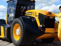 JCB, F1 și tunsul gazonului Guinness (video)